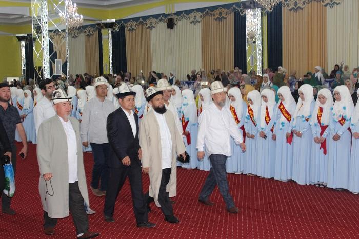 """Азирети Муфтий """"Козу кызы Бурмакан"""" аялдар окуу борборундагы бүтүрүүчүлөргө диплом тапшырды"""