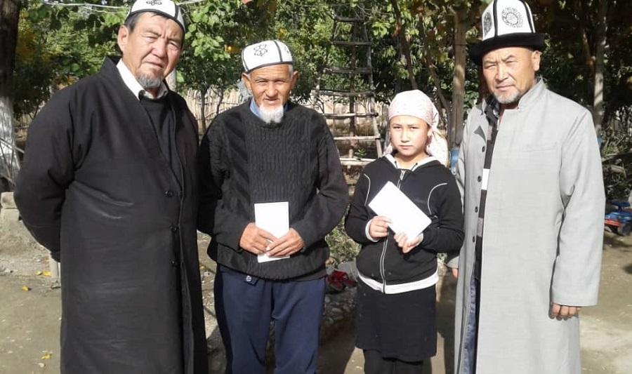Бөйрөк дартына кабылган Насиба Камбаровага Баткендеги «Таква» мечитинин жергиликтүү жамааты 3 миң сомдук акчалай жардам беришти