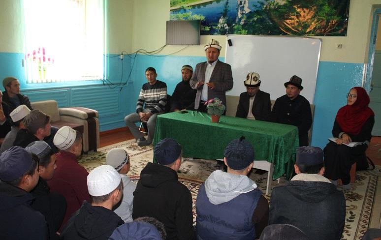 Муфтияттын фатва бөлүмүнүн башчысы Таластагы Али ибн Аби Толиб медресесинин студенттерди менен жолугушуп, билим берүүнүн маанилүүлүгүн айтып берди