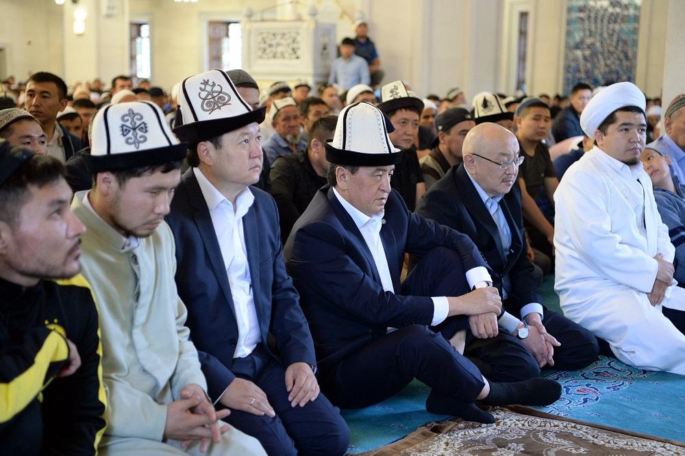 Президент Сооронбай Жээнбеков в праздник Орозо Айт посетил центральную мечеть города Бишкек